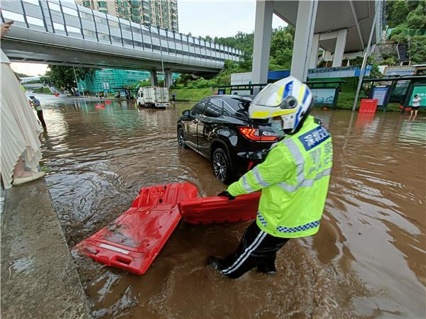 """徒手疏通排水系统!雷暴突袭罗湖交警""""雨""""你同行"""