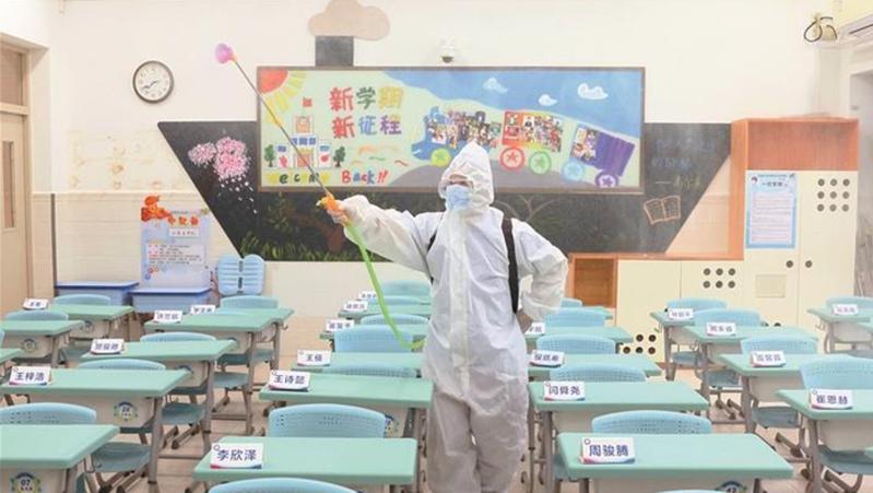 深圳市各中小学开展校园全面消毒 确保学生入校安全