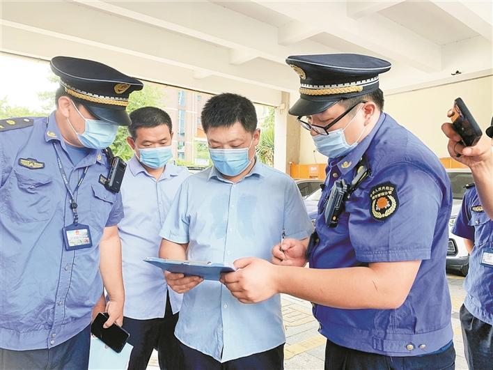 深圳开展生活垃圾分类执法行动 垃圾乱投放 开出两罚单