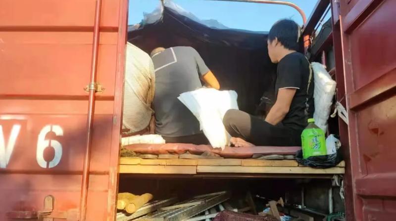 货车非法改装复式车厢载16人上路,后果很严重!