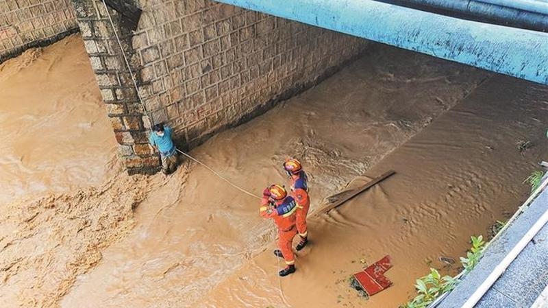 跑到桥下看摸鱼 差点被卷入急流 所幸消防队员及时赶到安全救出