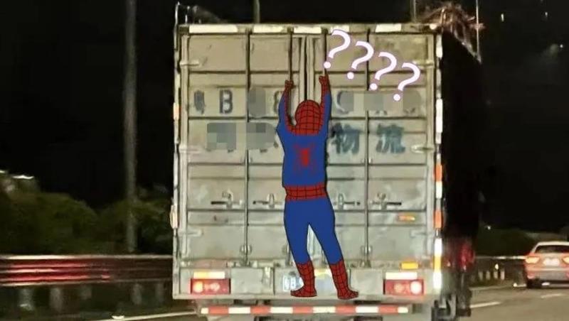 """惊呆!深圳高速上惊现""""蜘蛛侠""""!就扒在货车厢门上"""