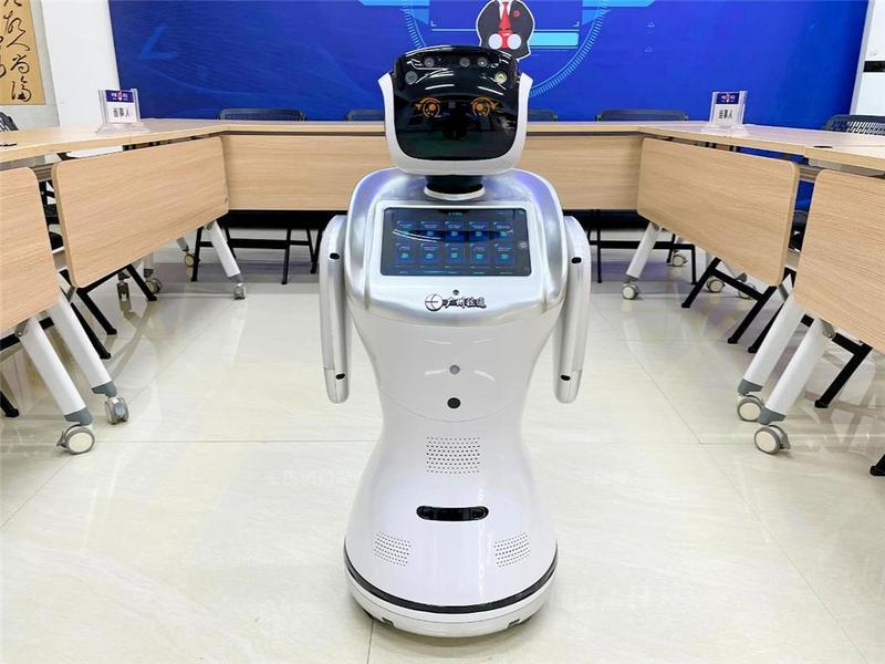 """东莞市大步村来了个""""智能机器人"""",为村民解决法律难题"""