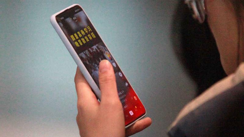 老人每天刷手机超过9小时,网瘾老人背后不全是孤独