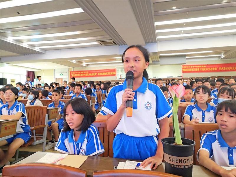 """东莞市东城实验中学学生倾听""""花与植物的故事"""""""