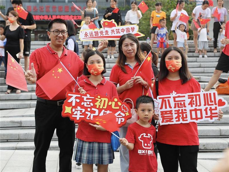 """国庆氛围""""别样浓""""!东莞市民用这样的方式祝福祖国......"""