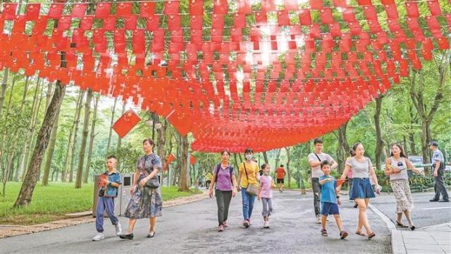 """逛公园感受节日喜庆 市民为祖国""""花式""""庆生"""