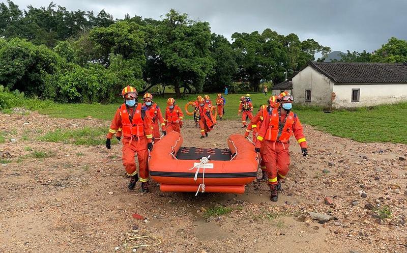 IN视频|暴雨积水9人被困 消防员穿过1.5米积水进行救援